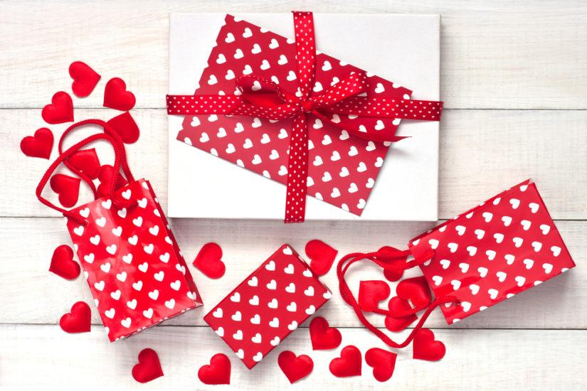 Najlepszym pomysłem na walentynkowy prezent jest biżuteria lub kwiaty