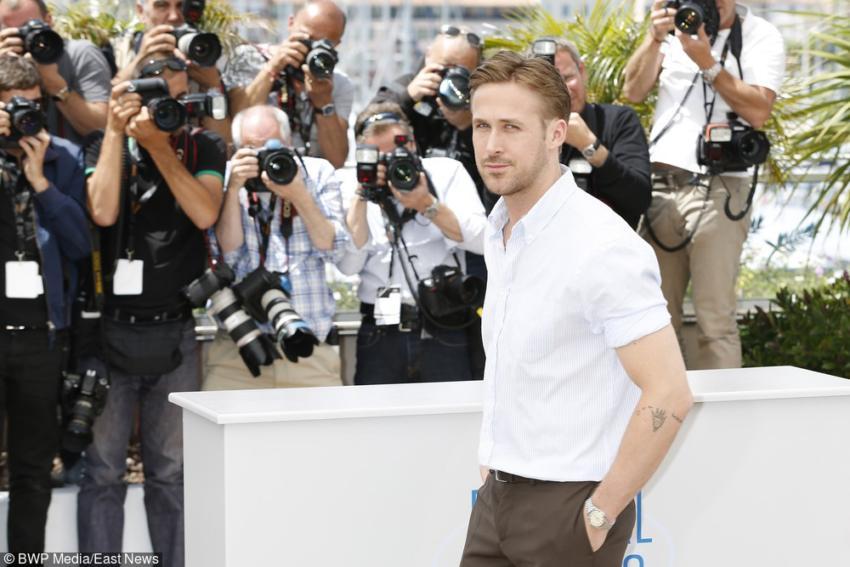 Biała koszula w wersji casual wygląda interesująco