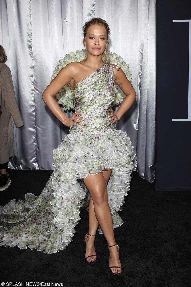 Rita Ora w kwiecistej sukni z trenem