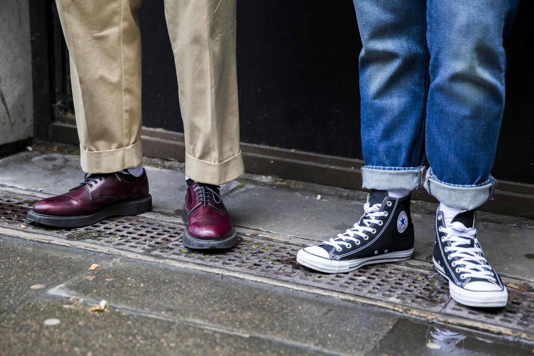Buty na grubszej podeszwie i z wysoką cholewką są idealne na długie stopy