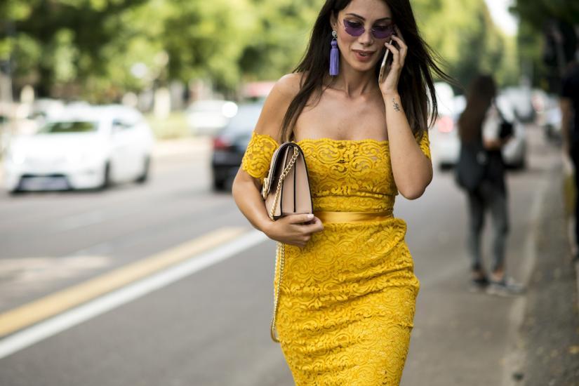 żółta koronkowa sukienka z odkrytymi ramionami