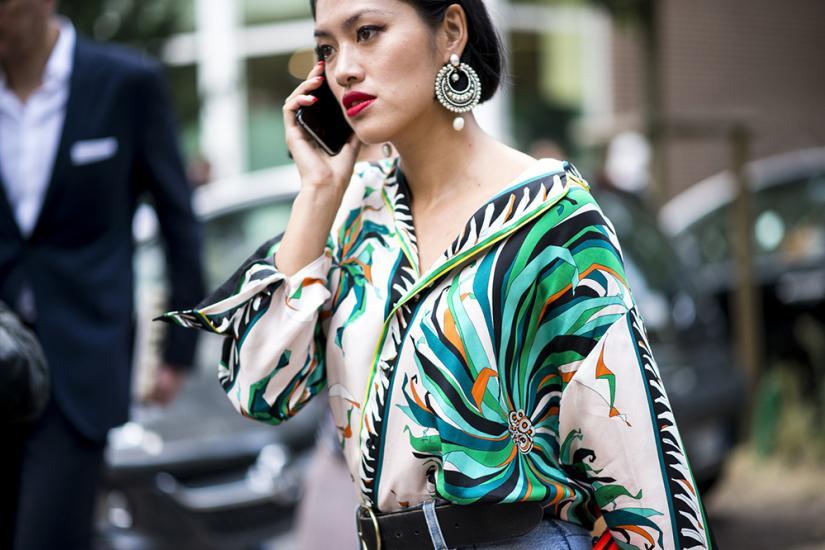 Wzorzyste koszule świetnie współgrają ze srebrną biżuterią