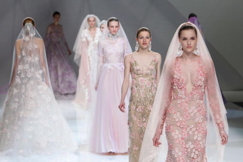 pastelowa suknia ślubna z koronką i długim welonem
