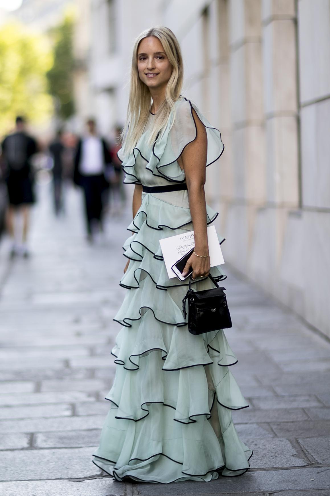 Zwiewna sukienka z falban