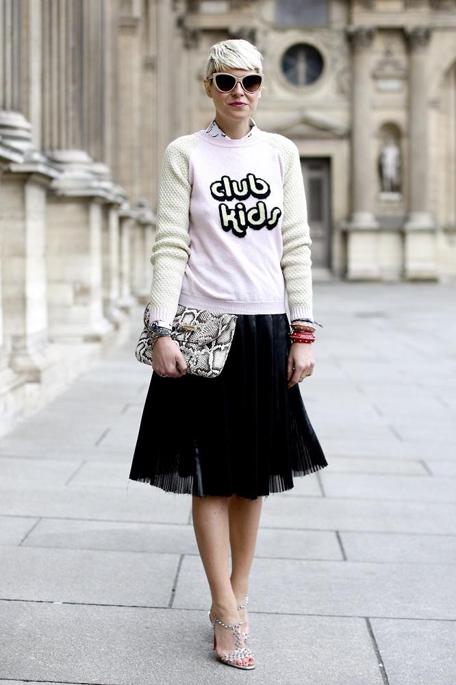 Sweter z zabawnym napisem pasuje do jednolitej spódnicy