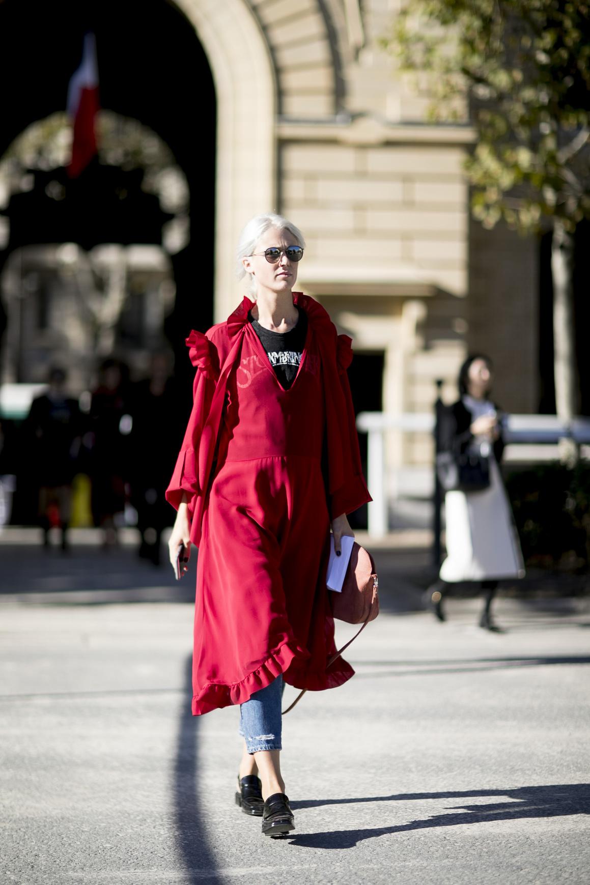 Sukienka z falbanami w warstwowej stylizacji