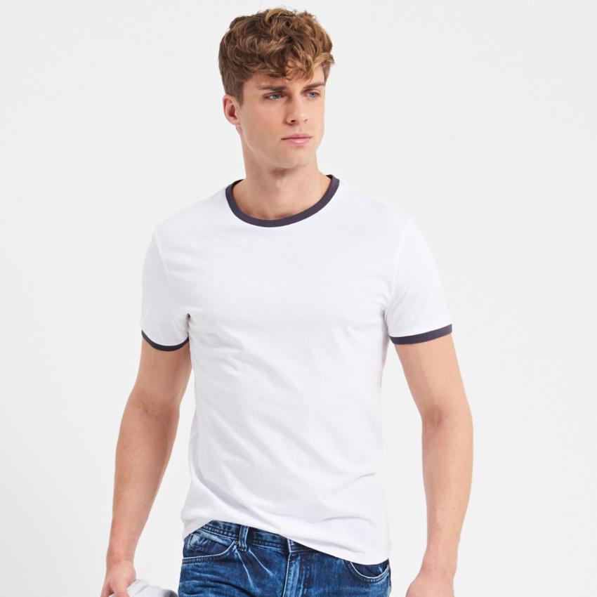 Postaw na klasyk, czyli biały T-shirt