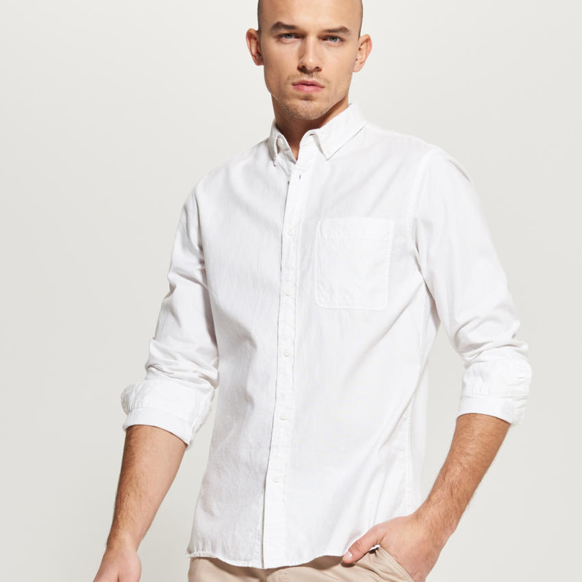 Koszula biała świetnie prezentuje się w luzackiej wersji