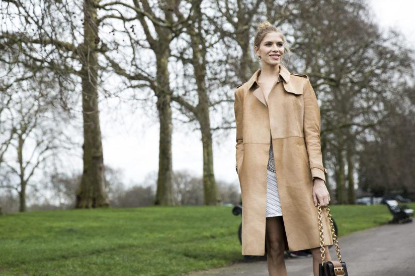 Beżowy płaszcz – klasyka na długie lata