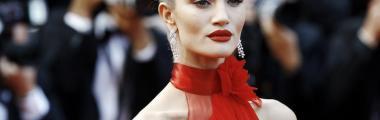 czerwona szminka i czerwona sukienka