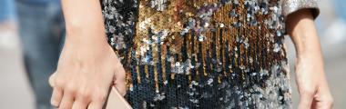 Cekinowa spódnica pasuje do grubego swetra w szarym kolorze