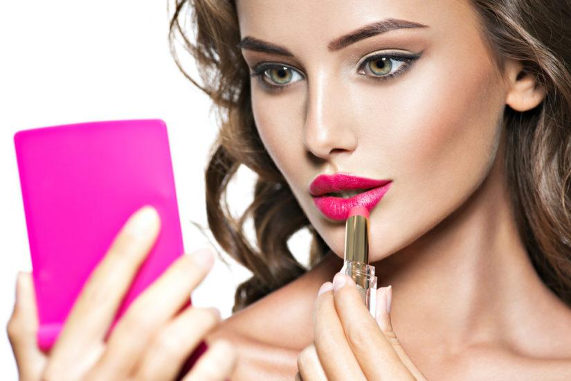 Różowa pomadka optycznie powiększy usta