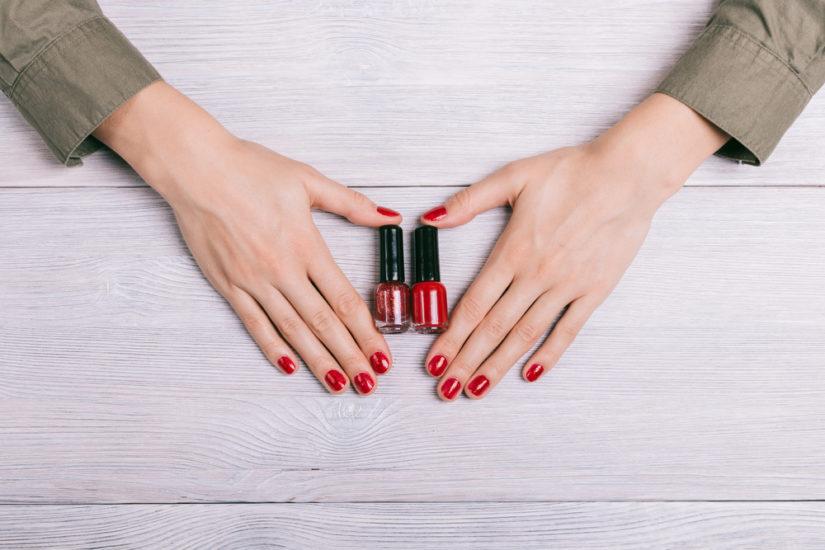 Czerwony lakier na paznokciach doda Ci seksapilu