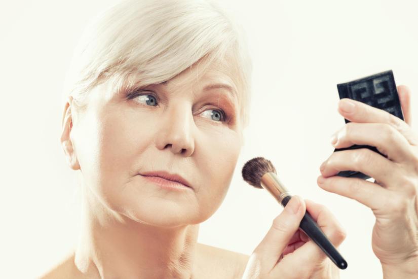 Rozświetlające kosmetyki pozwolą wizualnie odmłodzić skórę