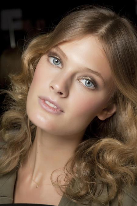 Ciemny blond można rozświetlić złocistymi pasmami