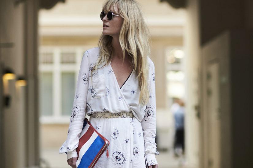 blond włosy, biała kopertowa sukienka