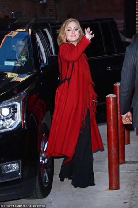Adele w czerwonym płaszczu w stylu etno
