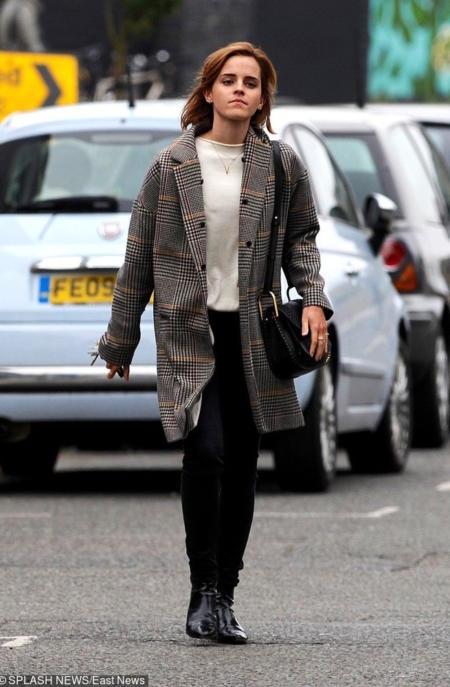Emma Watson w płaszczu w kratkę w wersji zimowej