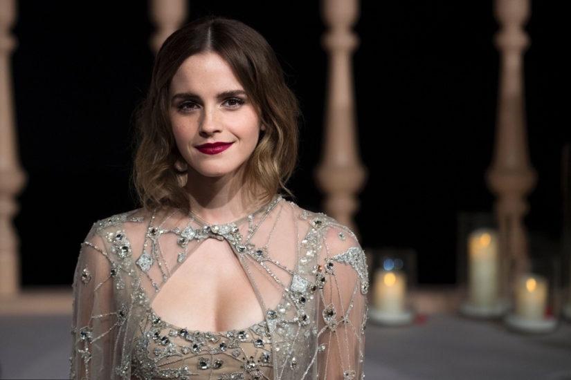 Emma watson w cielistej sukni haftowanej srebrnymi kamieniami