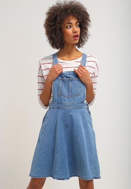 Rozkloszowana jeansowa sukienka