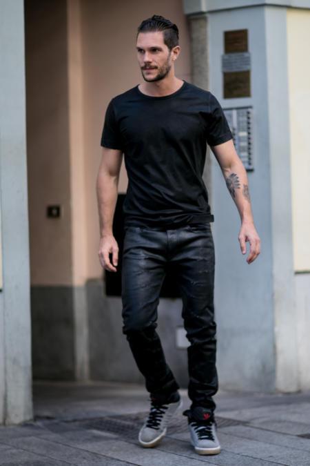 T-shirt  i proste jeansy to Twoja podstawa