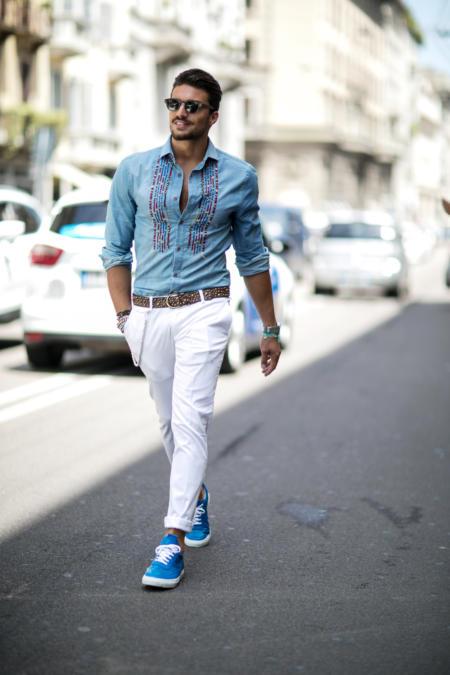 Koszula jeansowa w zestawie z białymi spodniami