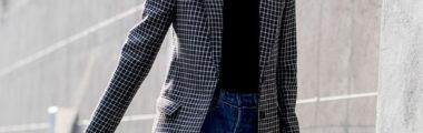 marynarka w kratkę z jeansami i czarnym T-shirtem