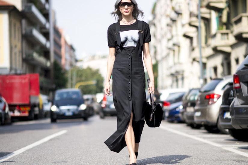 czarna długa sukienka na szelkach