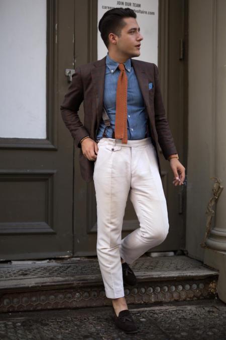 Eleganci mogą do jeansowej koszuli dobrać krawat