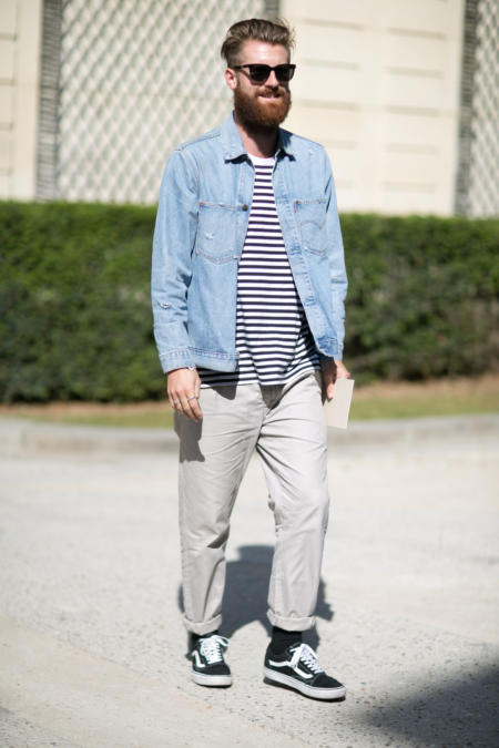 Jeansowa koszula i T-shirt w paski