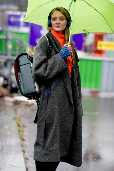 Casualową stylizację uzupełni parasol w wyrazistym kolorze