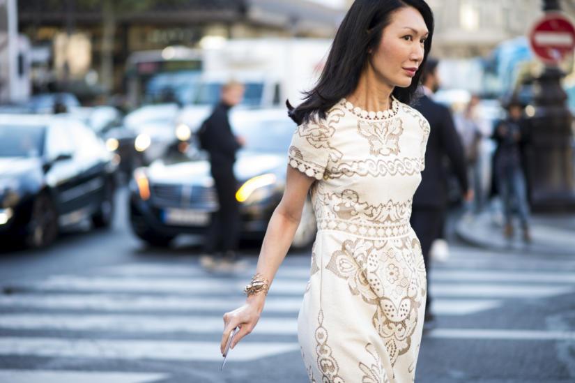 Dopasowana skromna sukienka pasuje do biznesowego wizerunku