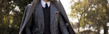 czarny sweter, garnitur w kratkę, popielaty męski płaszcz