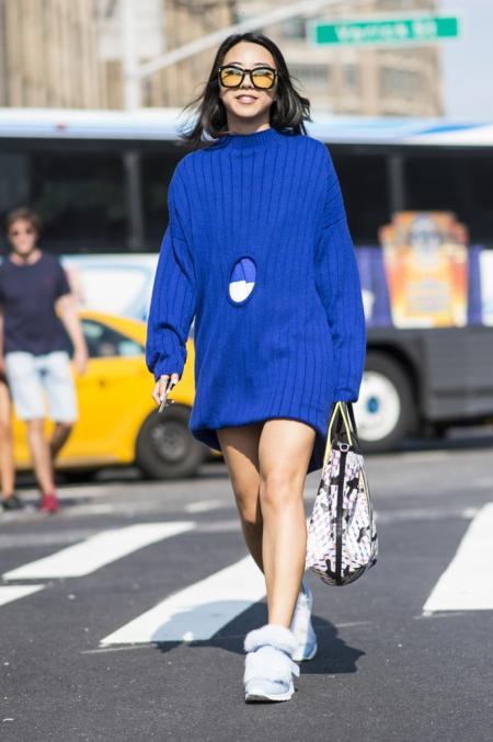 Błękitne buty ozdobione futerkiem