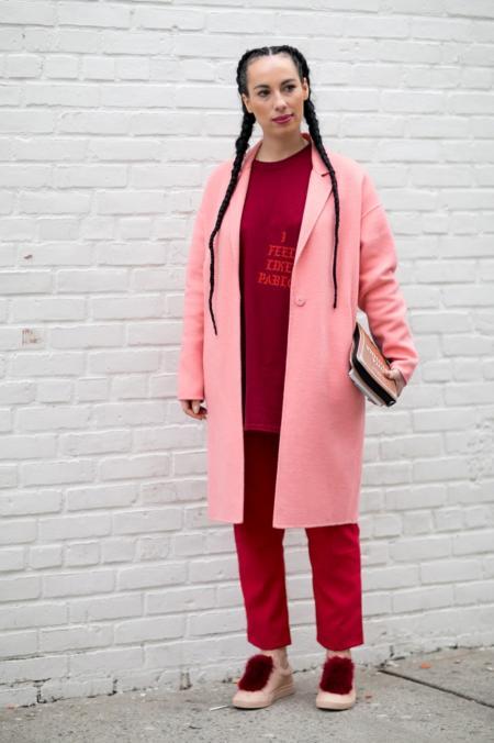 Różowy płaszcz ożywia czerwony komplet spodnie plus bluza