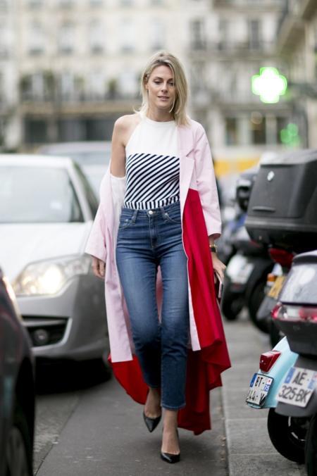 Kolorowy płaszcz idealnie pasuje do jeansów
