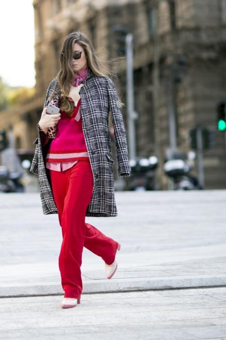 Stylizacje z różem i czerwienią uzupełnia szary płaszcz