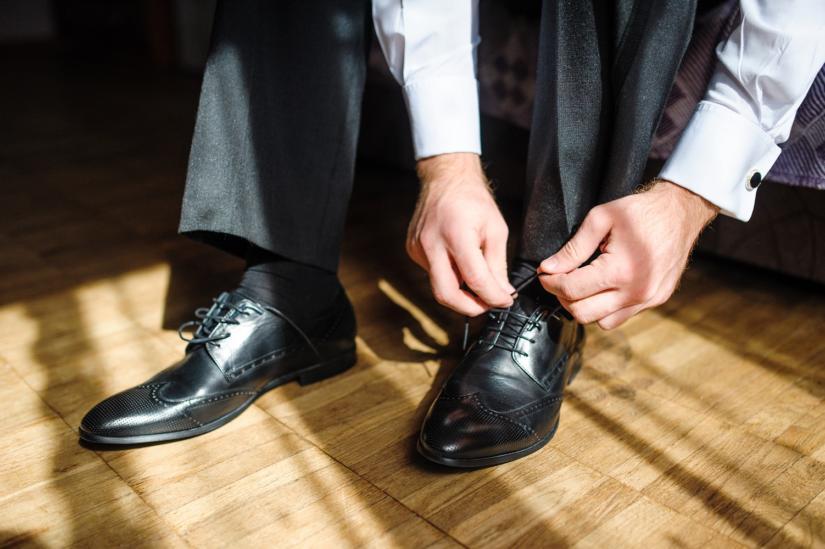 Buty, spodnie i skarpetki pasują do siebie kolorem