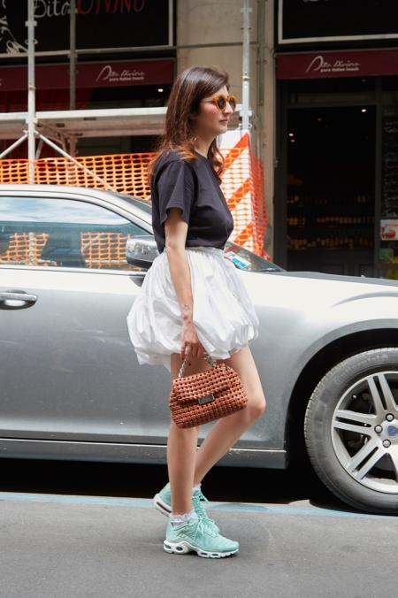 Sportowe buty świetnie wyglądają ze spódnicą