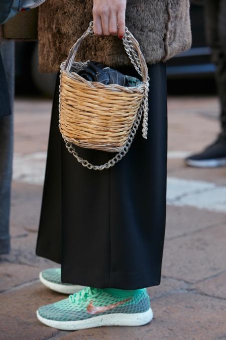 Miętowe buty ożywią czarny total look