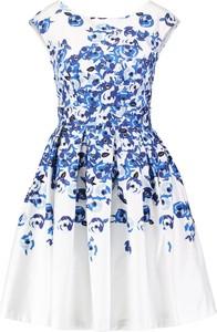 Biała sukienka z niebieskim motywem kwiatów