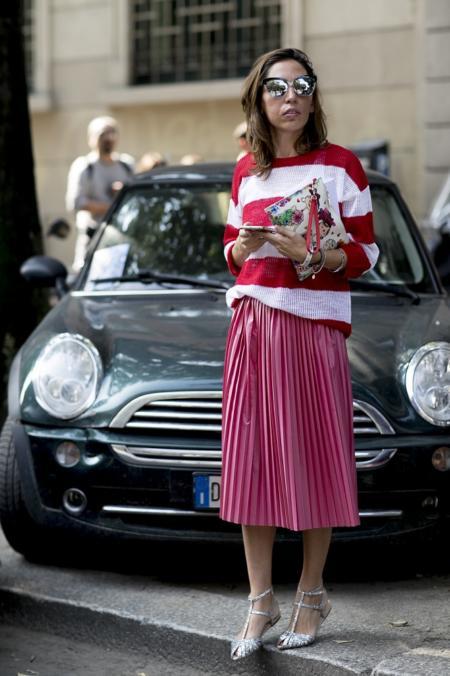Różowa spódnica idealnie komponuje się ze swetrem w kolorowe pasy