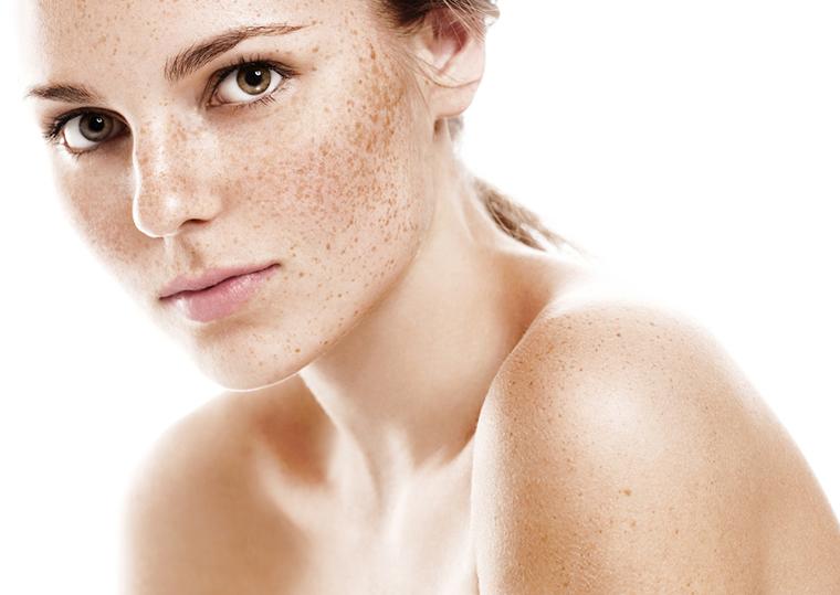 Tatuowanie piegów na twarzy to nowy urodowy trend