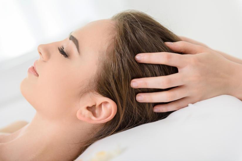 Masaż skóry głowy pobudzi krążenie krwi