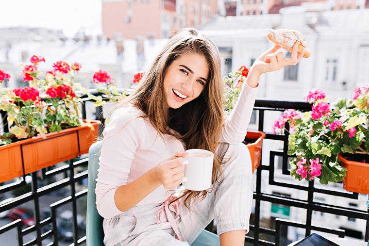 uśmiechnięta kobieta 8 marca