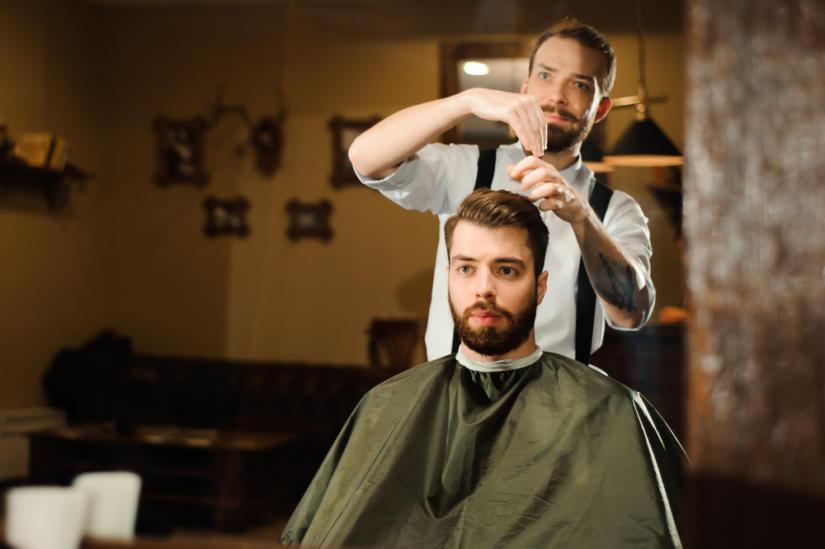 Stylowy mężczyzna dba o swoją fryzurę