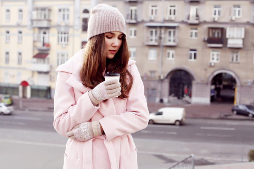 Pierwsze wiosenne dni bywają zdradliwe, dlatego postaw na ciepły płaszcz w pastelowym kolorze