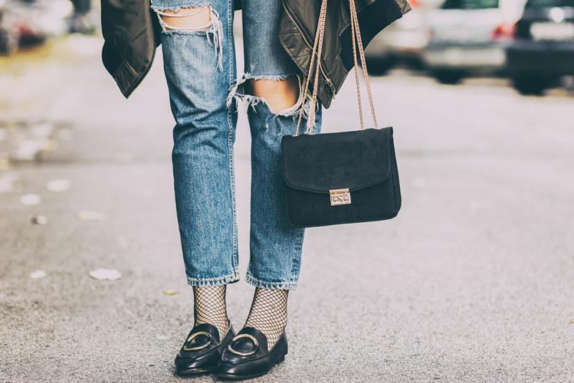 Fishnet tights i postrzępione jeansy to stylizacja na czas po pracy