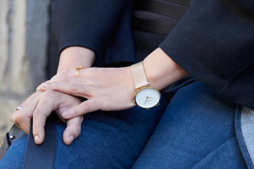 Złoty zegarek subtelnie odznacza się w minimalistycznej stylizajci