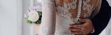 suknia ślubna i koronkowe bolerko na guziczki